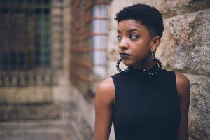 femme noir rue